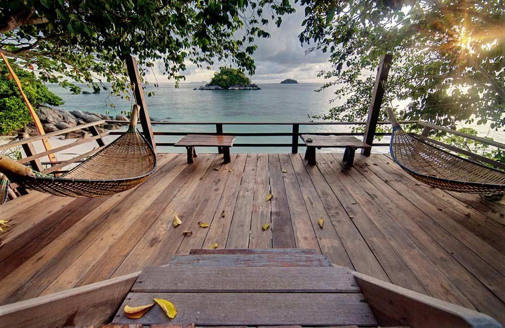 Belle terrasse en bois avec vue